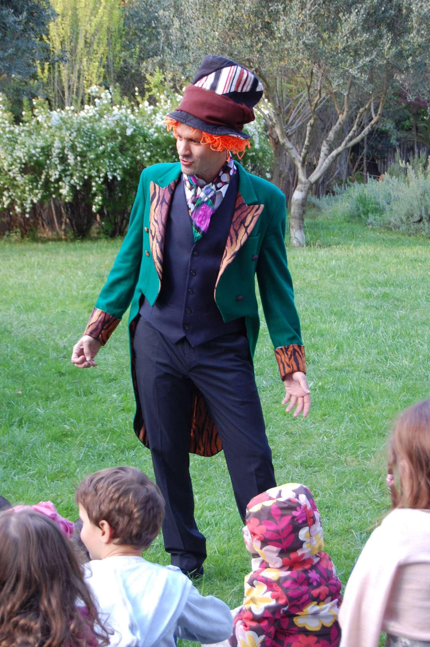 Ανιματέρ Τρελοκαπελάς από την Αλίκη στη Χώρα των Θαυμάτων ψυχαγωγεί παιδιά σε παιδικό πάρτι