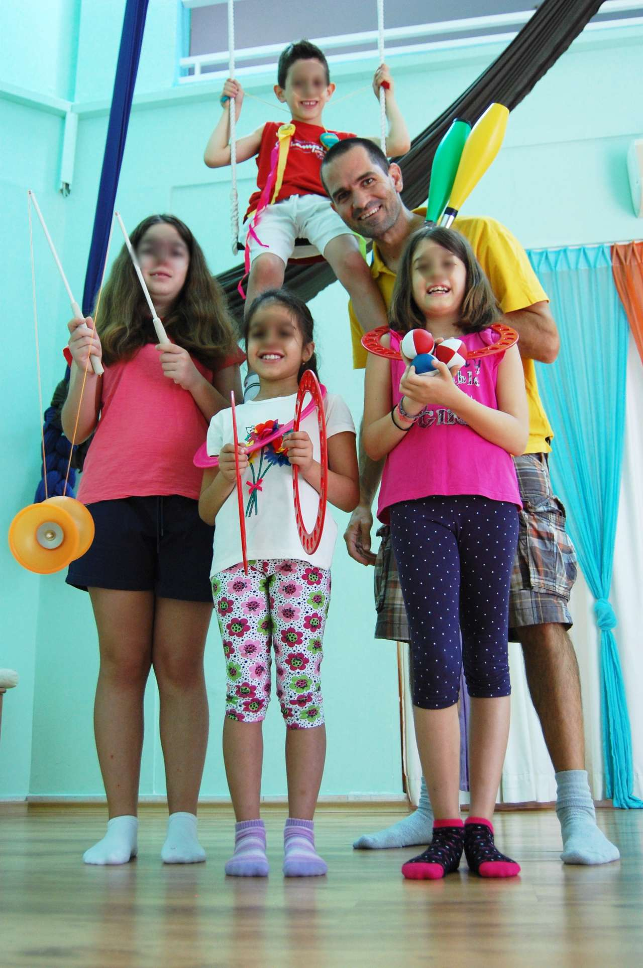 Μαθητές και δάσκαλος στο Circus Summer Camp της fundastick performing arts.