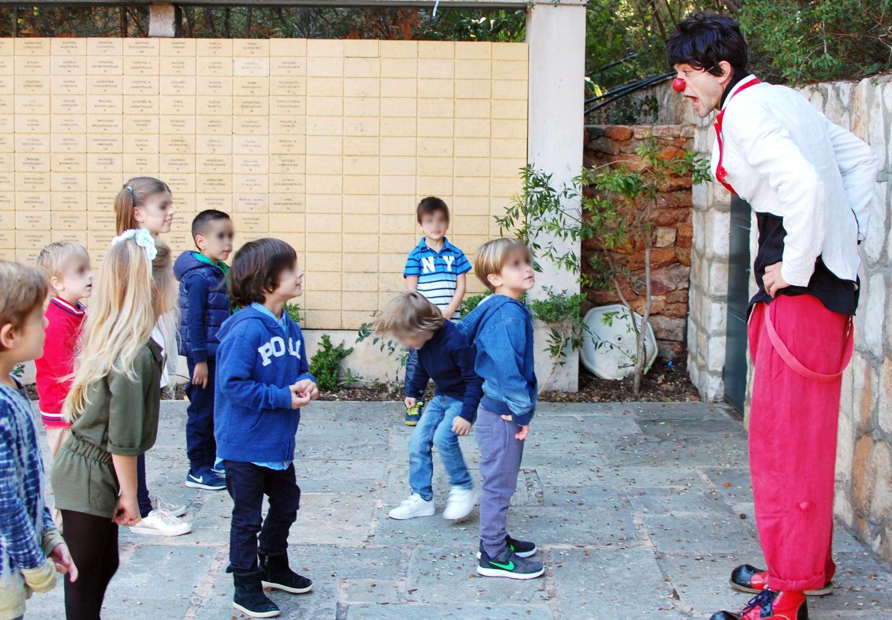 Κλόουν ψυχαγωγεί παιδιά σε παιδικό πάρτυ