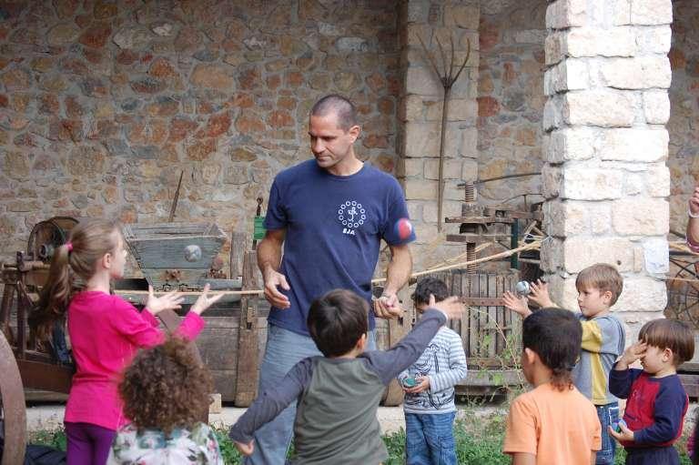 Δάσκαλος και παιδιά μαθητές σε μάθημα ζογκλερικών στο Κέντρο της Γης.