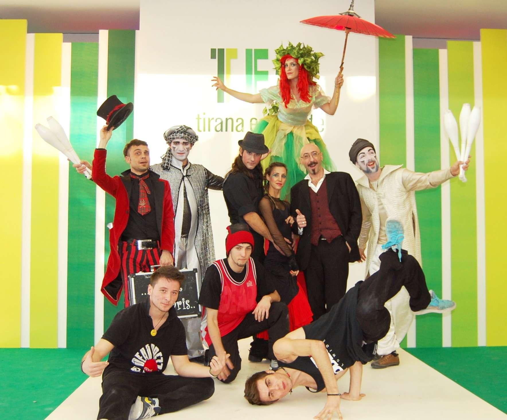 Ομάδα ανιματέρ της fundastick performing arts με μίμους, μάγους, ζογκλέρ, ξυλοπόδαρους και χορευτές στα εγκαίνια εμπορικού κέντρου