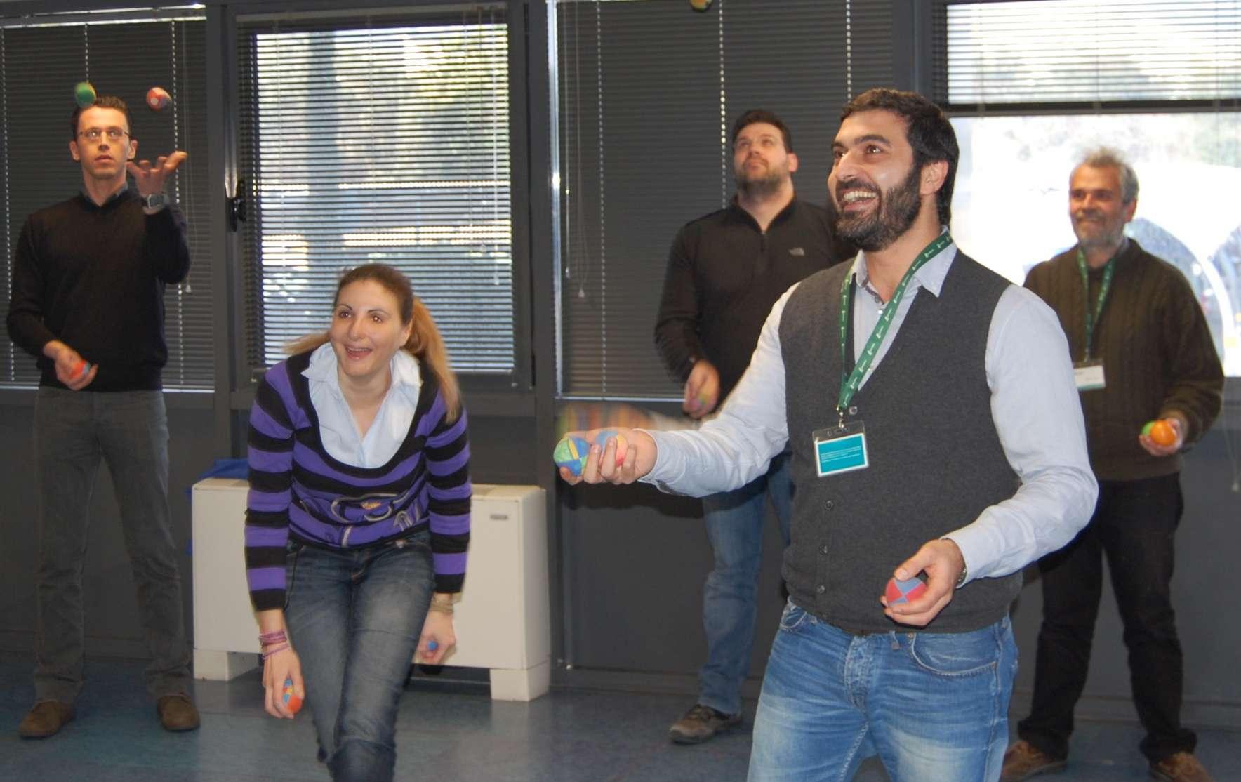 Στελέχη εταιρίας διασκεδάζουν μαθαίνοντας ζογκλερικά σε δραστηριότητα team building.