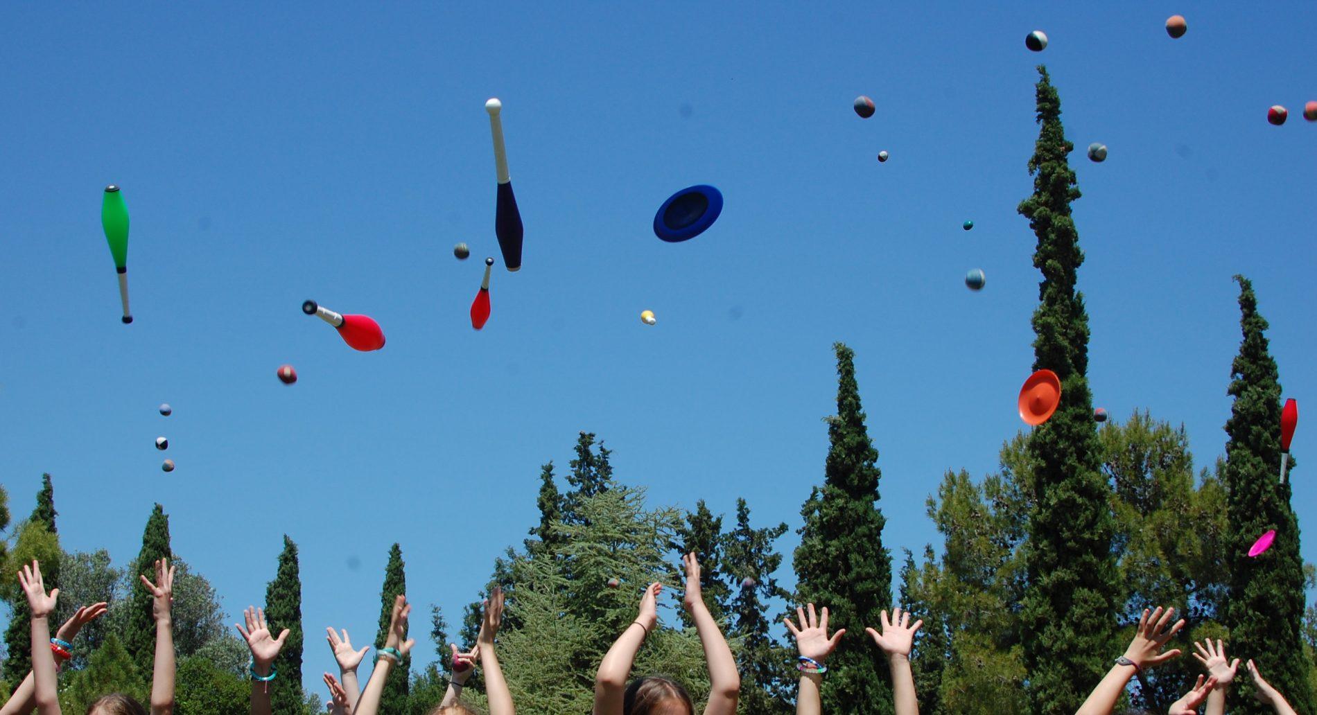 Μαθητές του ομίλου Juggling και δεξιοτεχνίας του Δημοτικού σχολείου του Κολεγίου Αθηνών πετούν στον αέρα τα παιχνίδια τους την τελευταία ημέρα των μαθημάτων