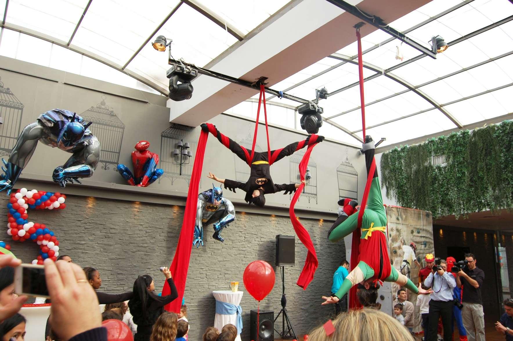 Ακροβάτες ντυμένοι Batman & Robin παρουσιάζουν εναέρια χορογραφία σε παιδικό πάρτυ με θέμα σούπερ ήρωες