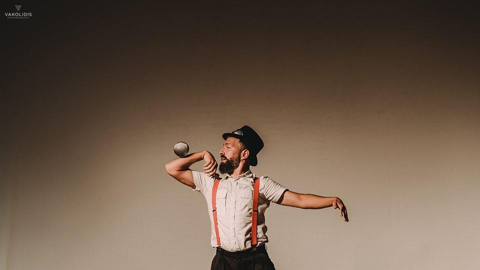 Ζογκλέρ ισορροπεί κρυστάλλινη μπάλα στον πήχη του