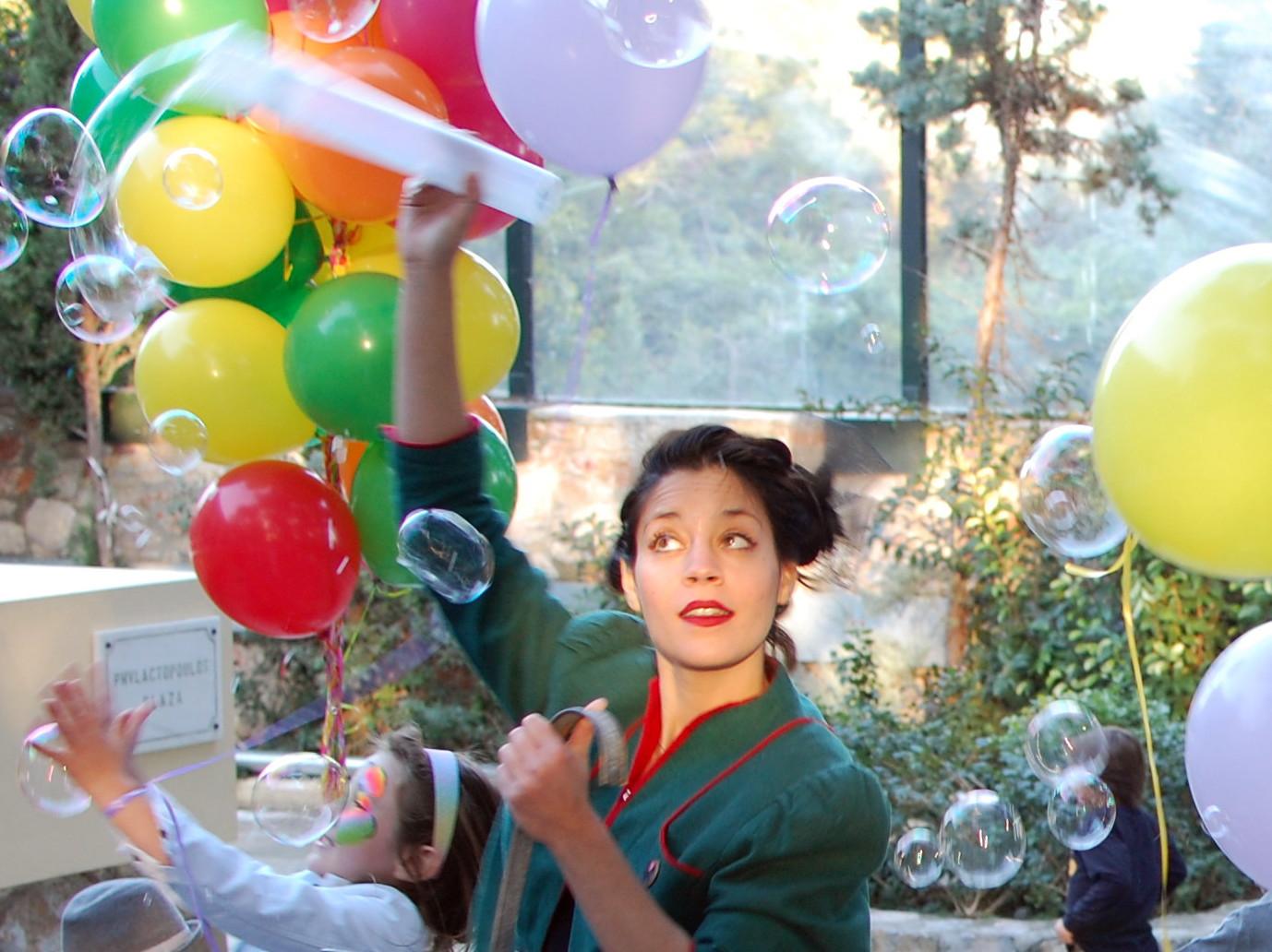 Ανιματέρ φτιάχνει σαπουνόφουσκες που σπάνε τα παιδιά σε παιδικό πάρτυ.