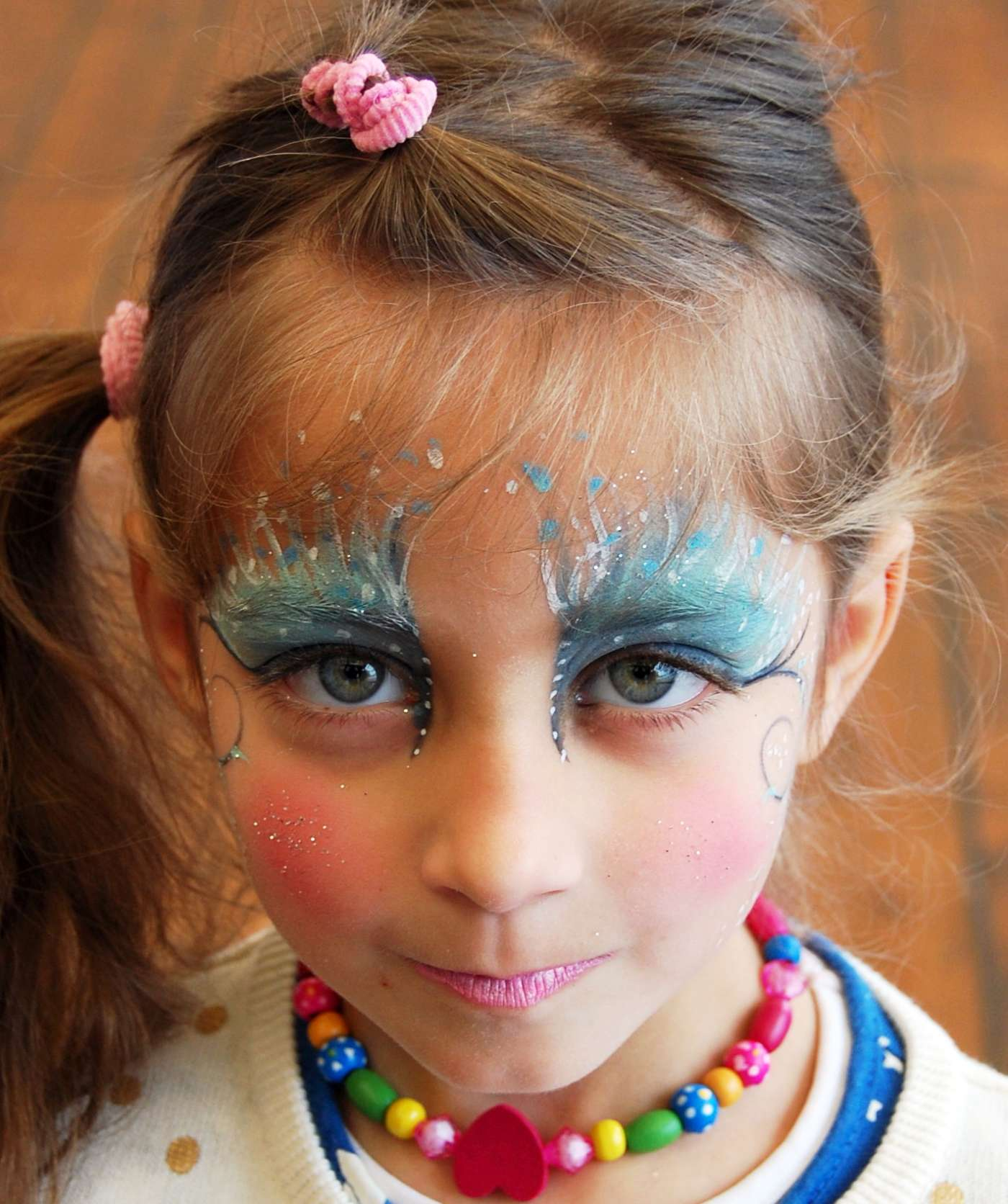 Κορίτσι με όμορφο face painting σε παιδική εκδήλωση
