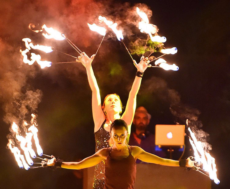 Χορεύτριες με fire fingers συμμετέχουν σε σώου με φωτιές σε δεξίωση γάμου στο ξενοδοχείο Amanzoe.