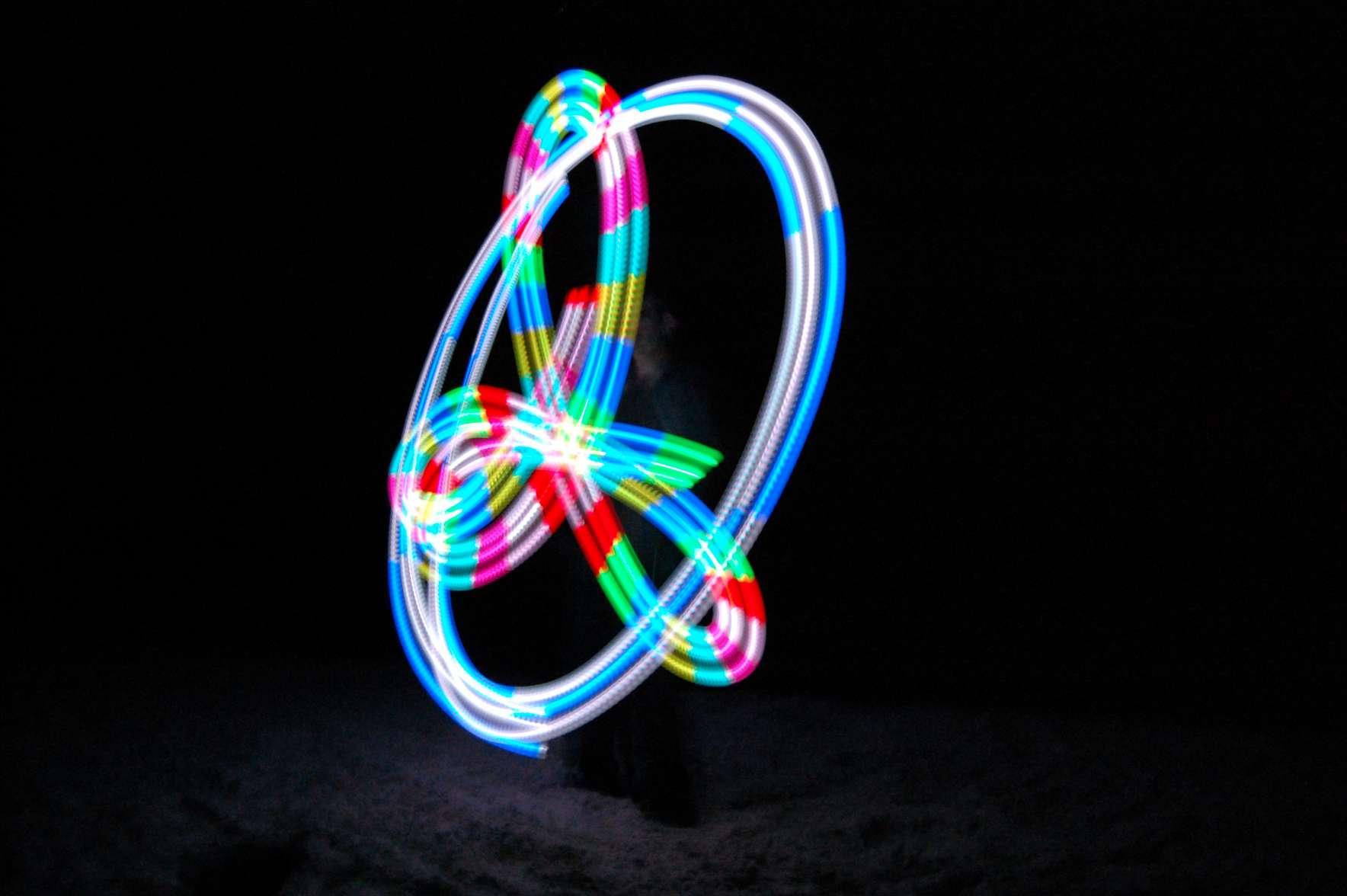 Ζογκλέρ δημιουργεί όμορφο γεωμετρικό σχήμα παίζοντας με φωτεινά αντικείμενα (glow poi)