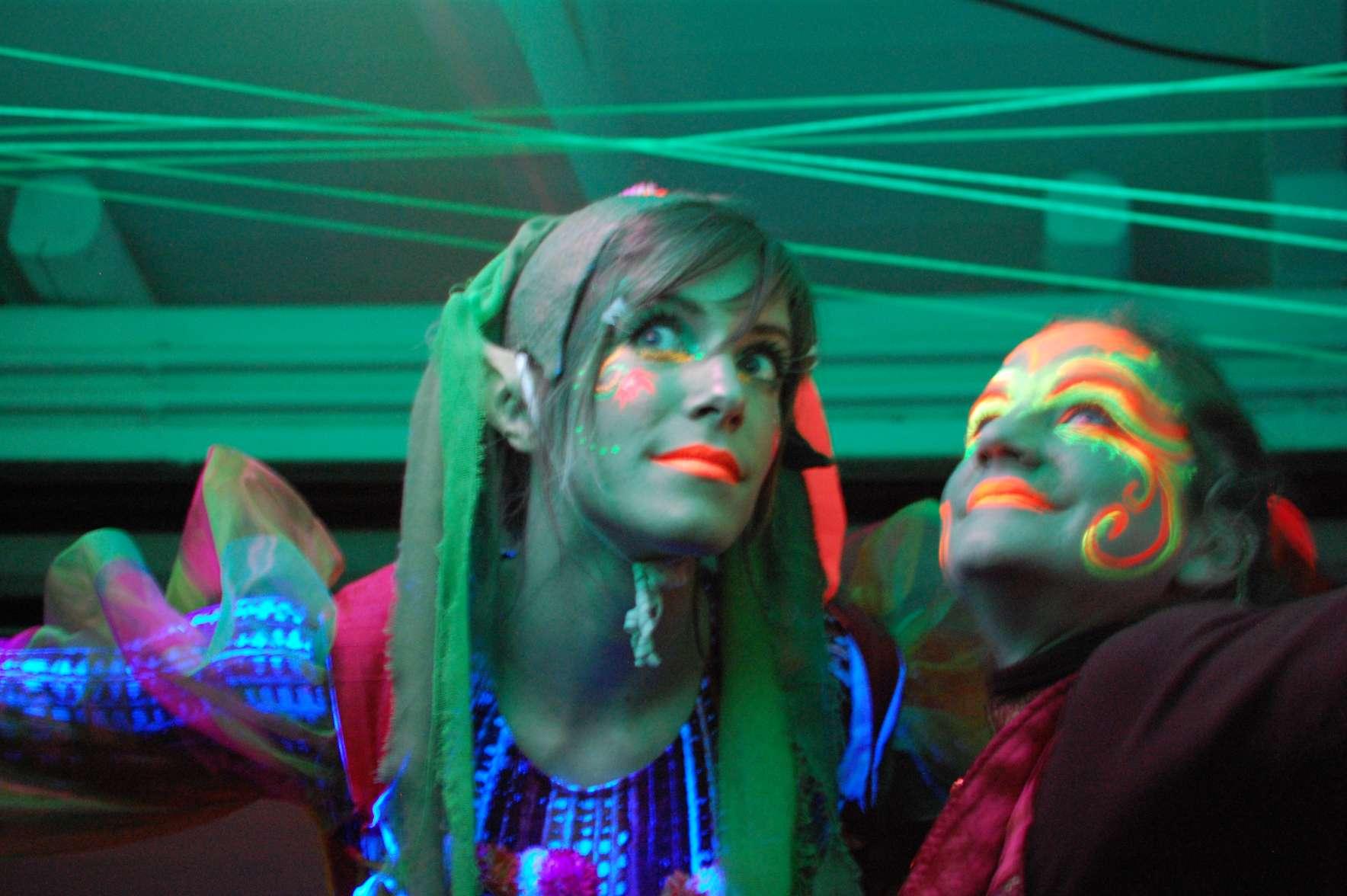 """Δύο κοπέλες """"ξωτικά"""" φωσφορίζουν με ειδικό μακιγιάζ σε αποκριάτικη εκδήλωση"""