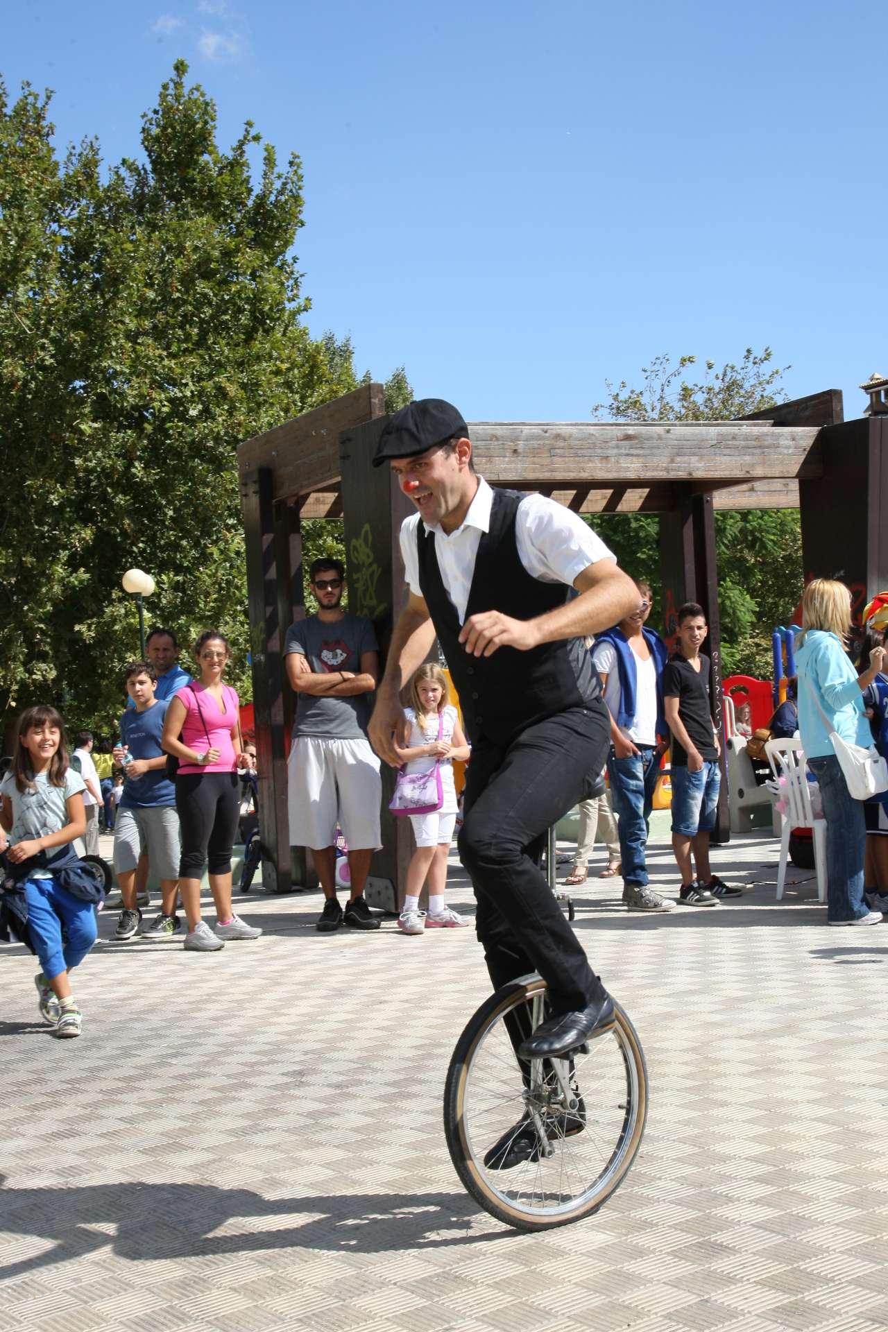 Μονοποδηλάτης κάνει βόλτες πάνω σε μονοποδήλατο μπροστά σε κοινό σε εκδήλωση σε πάρκο