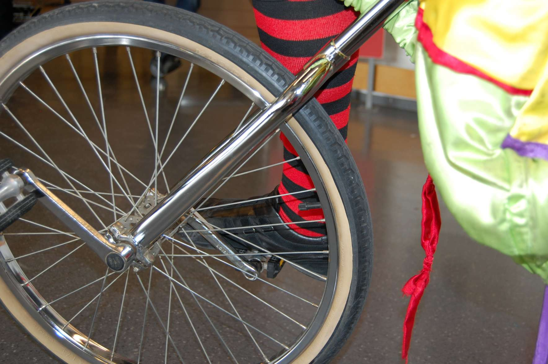 Ρόδα και πετάλια μονοποδήλατου σε σώου ζογκλέρ σε παιδική εκδήλωση