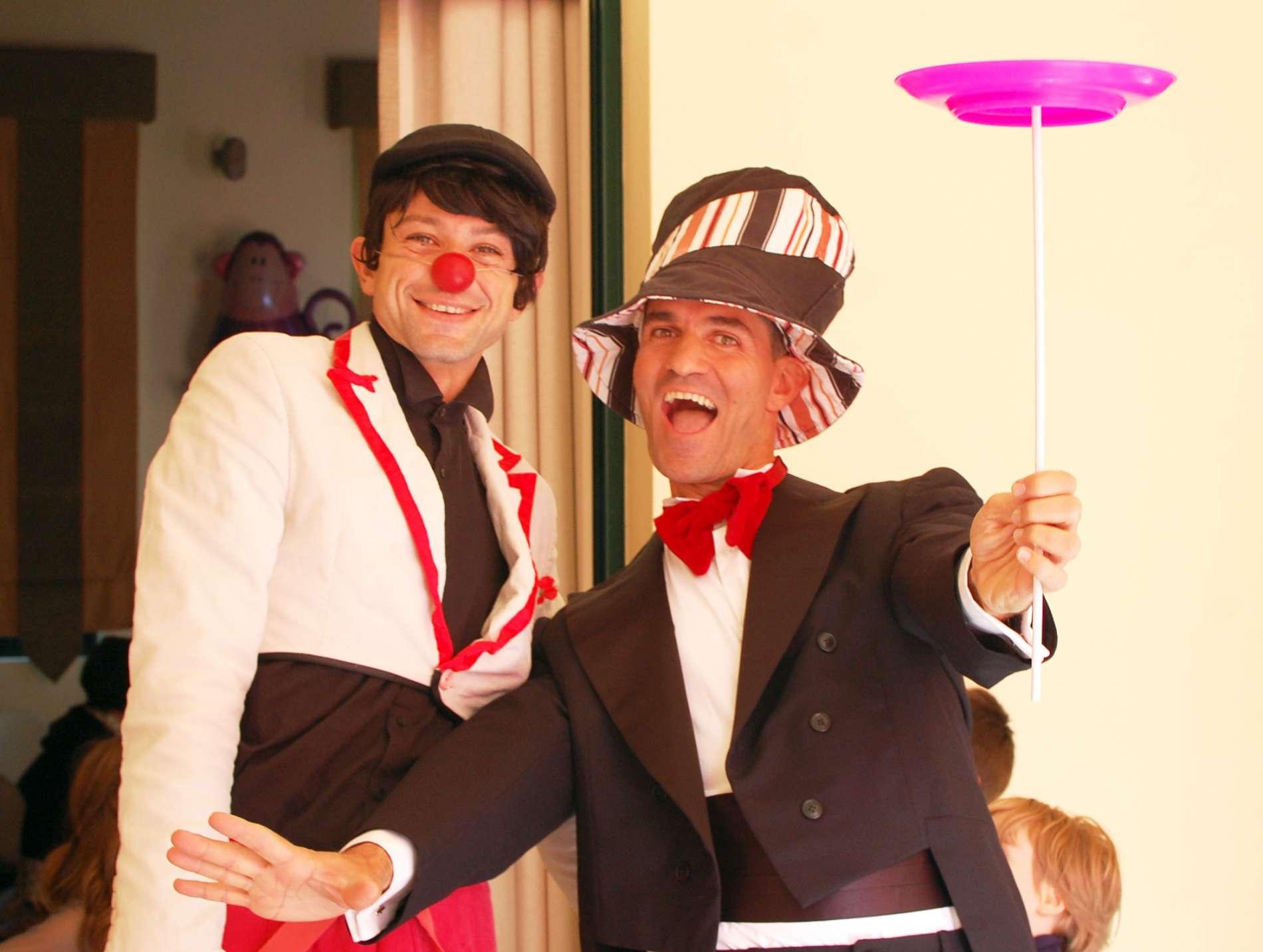 Ανιματέρ καλοντυμένοι και χαμογελαστοί διασκεδάζουν παιδιά σε παιδικό πάρτυ