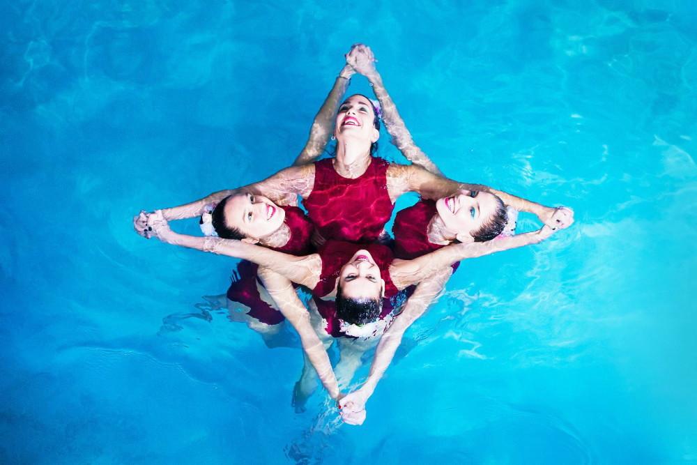 Αθλήτριες συγχρονισμένης κολύμβησης σε σχηματισμό ρόμβου.