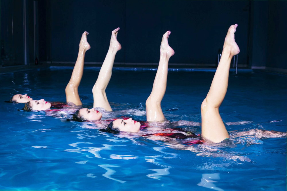 Αθλήτριες συγχρονισμένης κολύμβησης σε χορογραφία.