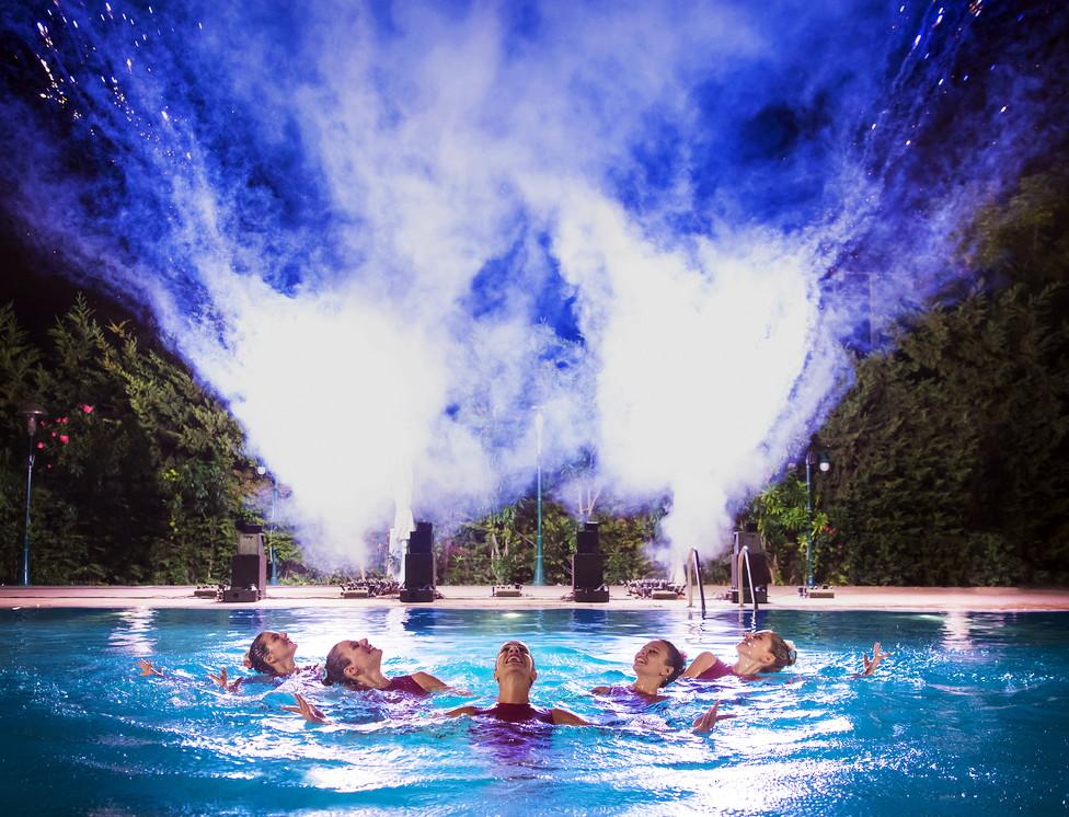Χορογραφία συγχρονισμένης κολύμβησης από πέντε αθλήτριες μέσα σε πισίνα.